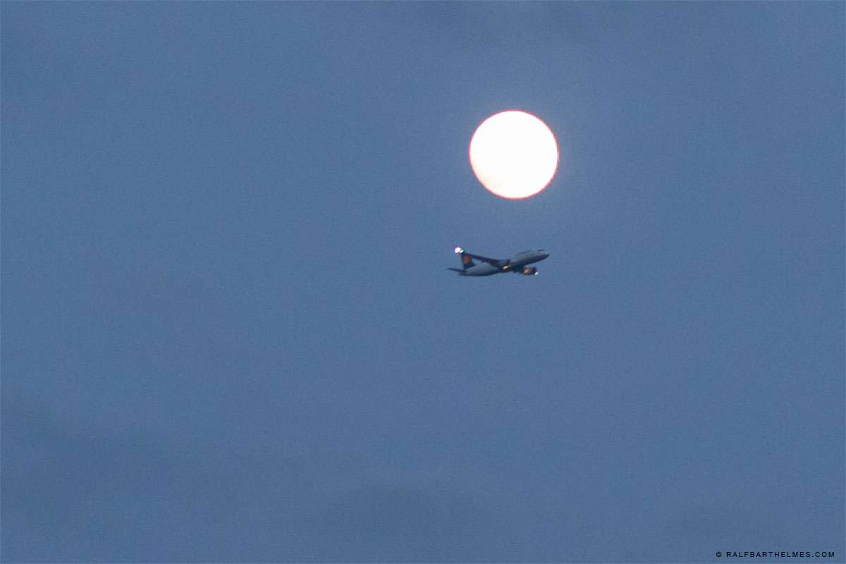 361-airplane-moon-frankfurt-foto